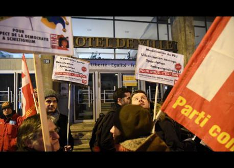 Devant la mairie de Schiltigheim, rassemblement à Gauche contre la politique de Kutner !